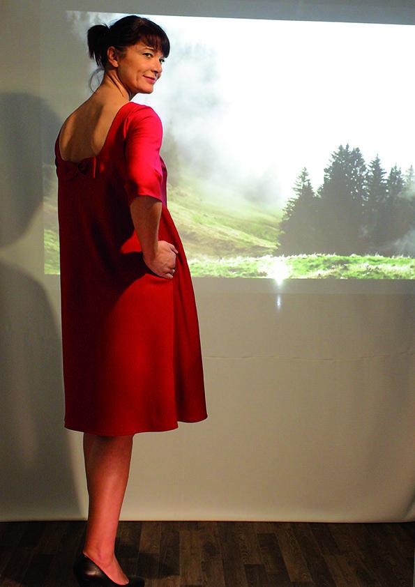 Rotes kleid mit ruckenausschnitt
