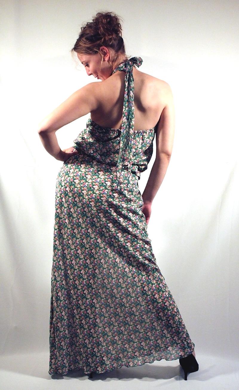 Langes schmales geblümtes Sommerkleid mit Neckholder