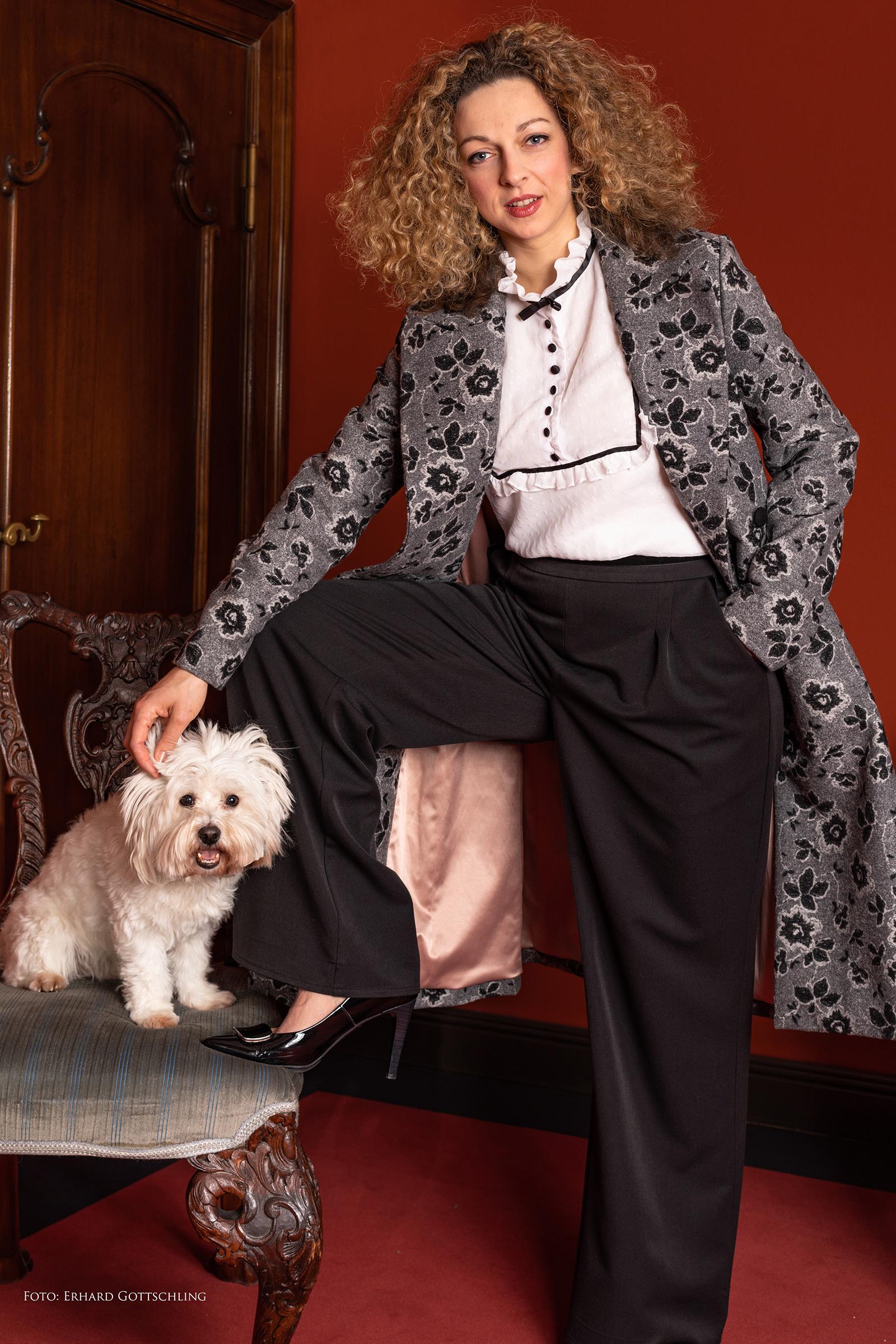 Outfit mit Mantel, Bluse und weiter Marlene Hose
