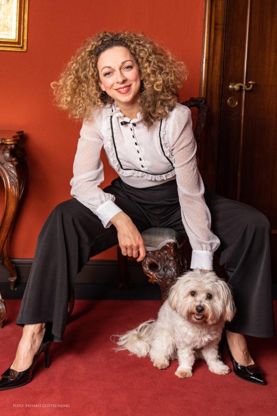 Outfit Schwarz/Weiß mit leichter Bluse und weiter Marlene Hose