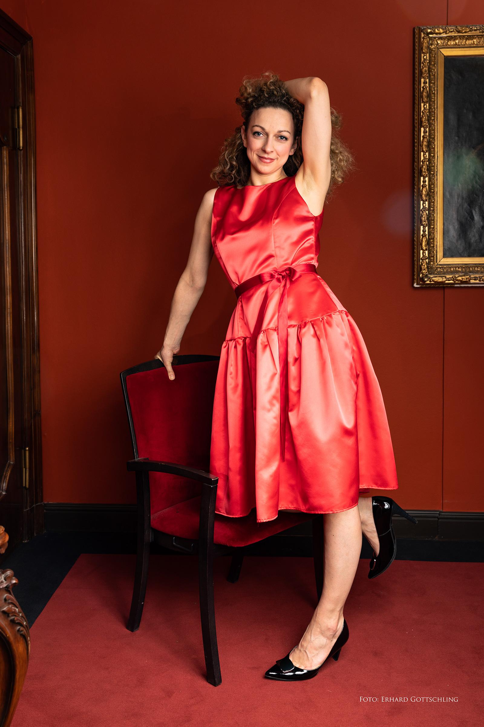 Rotes knielanges Abendkleid
