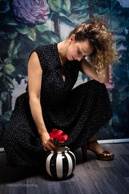 Dunkles Kleid mit kleinen Punkten, Foto: Erhard Gottschling