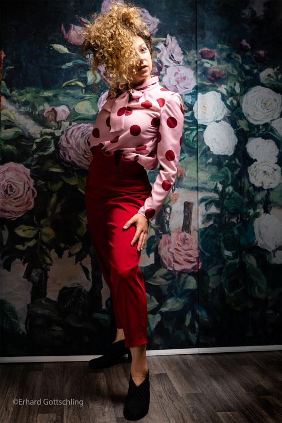 Bluse mit großen Punkten und rote Hose, Foto: Erhard Gottschling