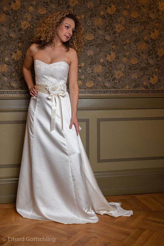 Langes elegantes Hochzeitskleid, Foto: Erhard Gottschling
