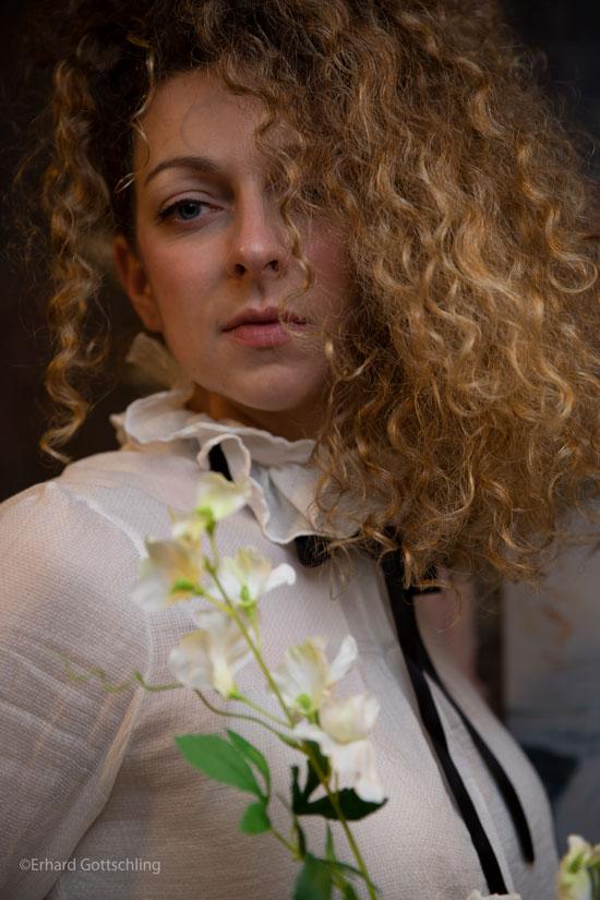Hochgeschlossene Bluse, Foto: Erhard Gottschling